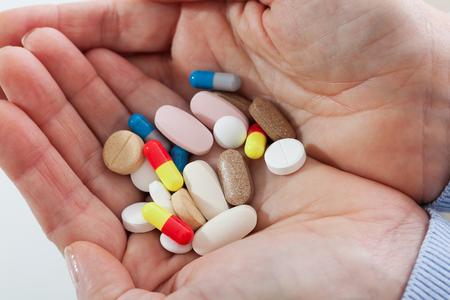 Les pilules sur les mains des femmes se ferment. Banque d'images