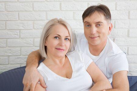 ベッドで一緒に官能的な成熟したカップル。官能的な前戯を楽しむ寝室で幸せなカップル。 写真素材