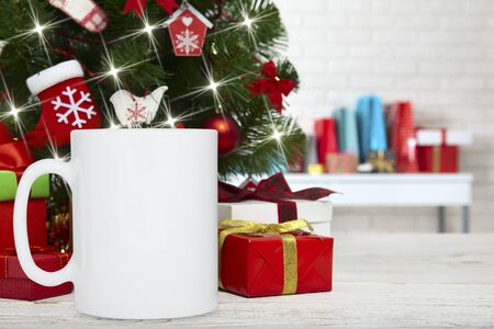 Winter Mug mockup, blank cup with Christmas background. New yars decoration on festive background. Foto de archivo
