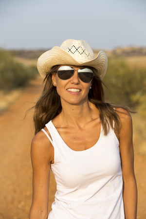 Mädchen mit Cowboyhut Standard-Bild - 87912792