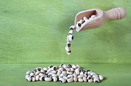 Black-Eyed Pea vallen van een kleine houten lepel