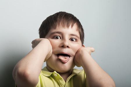 goma de mascar: retrato de un niño travieso, bromas que con una goma de mascar en la boca, el concepto de misbehave Foto de archivo