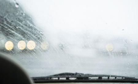 앞서 스노 도로, 나쁜 날씨에 운전의 개념, 앞 유리에 특별한 초점 스톡 콘텐츠