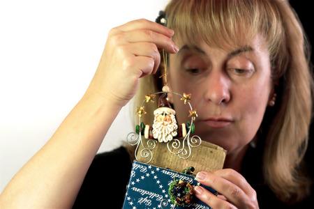 pull toy: Mujer mirando sorprendentemente en regalo de Navidad, foto de estudio