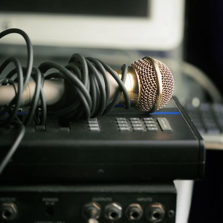 indoor shot: Close up de micr�fono en un amplificador de sonido. tiro de interior