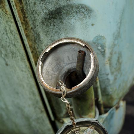 tanque de combustible: Primer plano de la tapa del tanque de combustible abierto, tiro al aire libre con poca profundidad de campo,