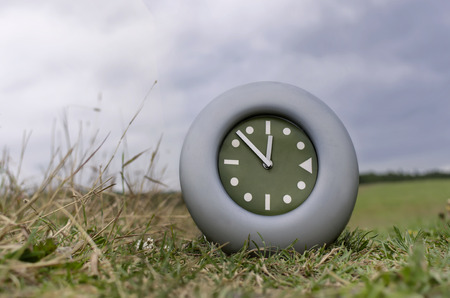 no pass: Los relojes de pared en un field.concept del tiempo que pasa por, al aire libre disparo con poca profundidad de campo Foto de archivo