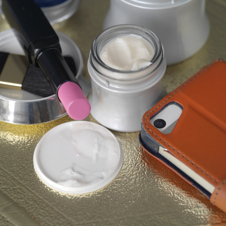 cremas faciales: cremas y lociones faciales junto al teléfono móvil y lápiz de labios, disparó de cerca