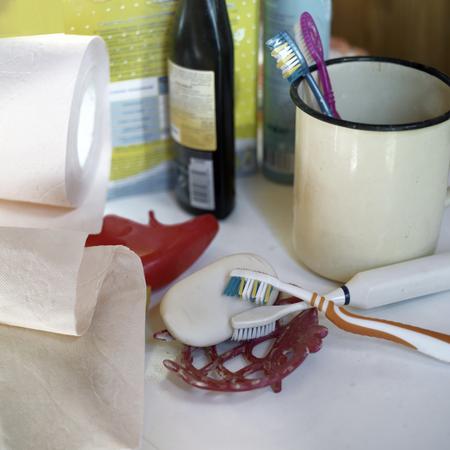 productos de aseo: Cepillos de dientes en el enfoque, otros artículos de tocador en el fondo borroso, tiro de interior enfoque selectivo Foto de archivo