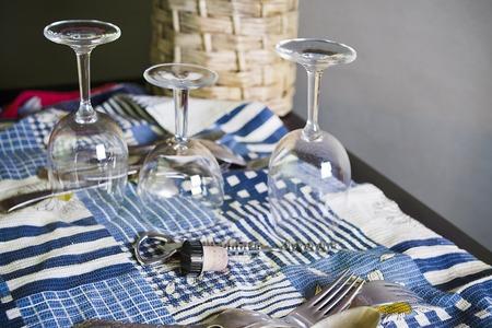 cabeza abajo: copas de vino lavados colocados boca abajo sobre la toalla de cocina de algodón, interior disparo de cerca