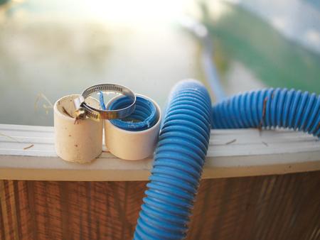 Le tuyau de piscine a besoin d'être réparé et d'un collier de serrage, gros plan extérieur