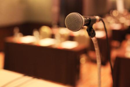 micrófono delante de la sala de reuniones sillas vacías antes de la conferencia Foto de archivo