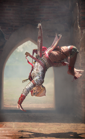 Hanuman (dieu singe) fait des sauts périlleux dans Khon ou Pantomime thaï traditionnel comme une performance artistique de danse culturelle dans des masques habillés d'après les personnages de la littérature Ramakien ou Ramayana.