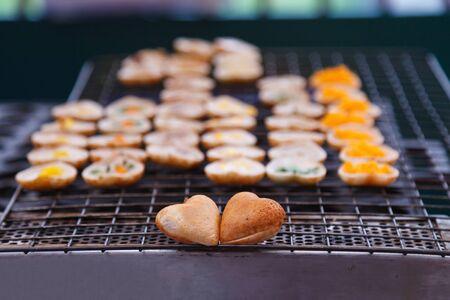 Khanom Khrok (Kokosnuss-Reis-Pfannkuchen), traditionelles thailändisches Pudding-Dessert in süßer Herzform. Hergestellt aus Teig aus dem Mischen von Reismehl, Zucker und Kokosmilch, gekocht im Heizmantel (heiße Bratpfanne)