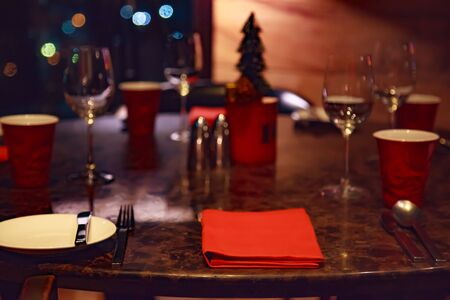 Dating at Night, Romantic Dinner Table Setting in a Restaurant decorated in Christmas Festival theme. Dating, Valentine, Festivals, Holidays, Seasons, Cuisine and Decoration concept. Foto de archivo