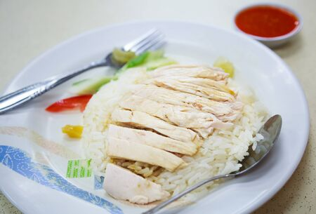 Traditional Asian Chinese Street Food: Khao Man Kai (Kao Man Gai) is Hainanese chicken rice, steamed chicken meat and white rice. Khao Man is cooked rice in an oily or coconut sauce, Kai is chicken. Foto de archivo