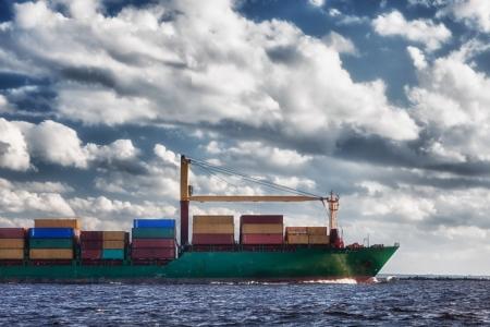 Корабль с контейнерами в открытое море Фото со стока