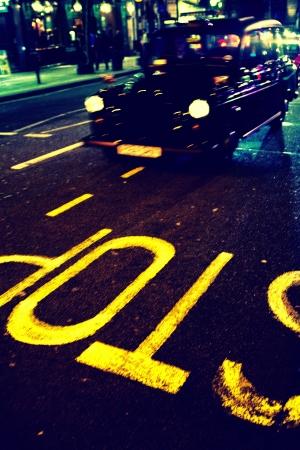 Надпись остановка на тротуаре в Лондоне такси Фото со стока