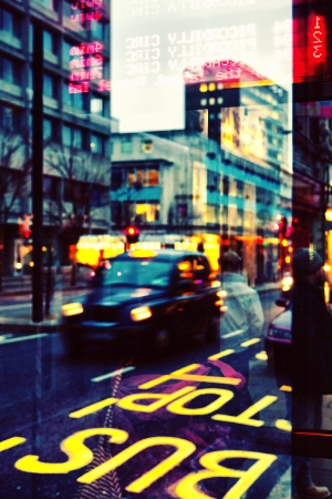 Отражение на стекле автобусной остановки вечером Лондоне