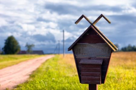 Старый почтовый ящик возле дороги Фото со стока