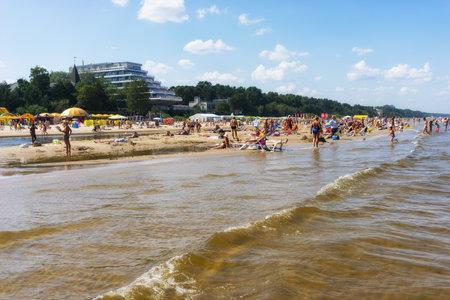 persone relax: Le persone si rilassano sulla spiaggia di Jurmala