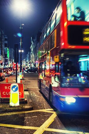 Красный двухэтажный автобус в Лондоне уличные фонари вечером