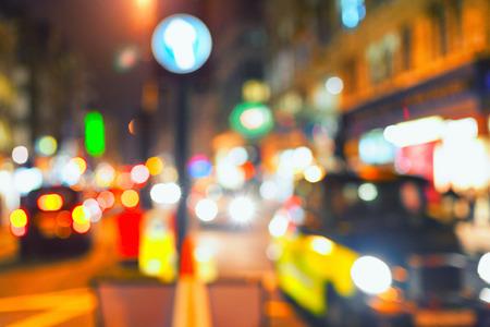 Транспорт и краски огни большого города ночной освещенности. Лондон