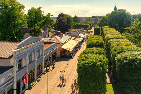 Pedestrians walk around Jomas Street in Jurmala, Latvia. The Jomas Street is the central and oldest street of Jurmala with restaurants, hotels and cafes. Banque d'images