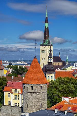 memorial cross: Una vista desde arriba de los tejados y agujas de las catedrales de la capital de Estonia, la ciudad de Tallin, en un día soleado de verano