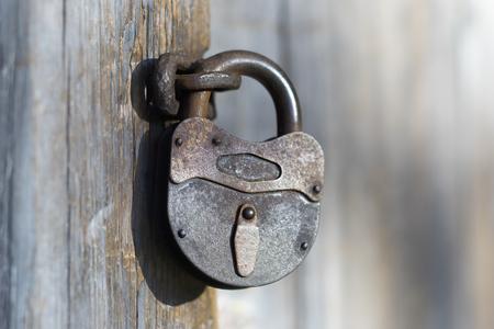 Старый железный замок с потерянным ключом на деревянной двери старого дома