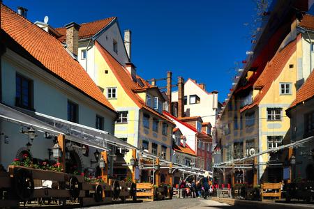 Fußgängerzone mit Cafés und Restaurants im Zentrum der Altstadt von Riga an einem sonnigen Tag im Frühling