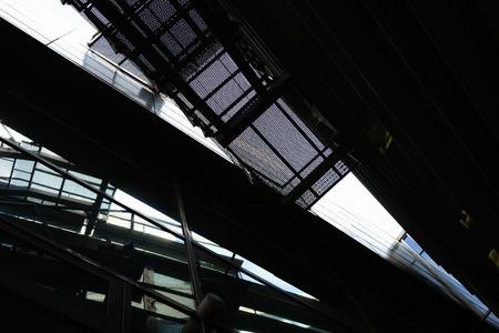Fragmente der Fassade eines modernen Gebäudes aus Glas und Metall mit Treppe und Reflexion Standard-Bild
