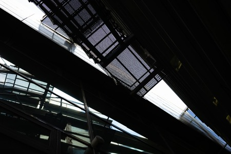 Frammenti della facciata di un edificio moderno di vetro e metallo con scale e riflesso Archivio Fotografico