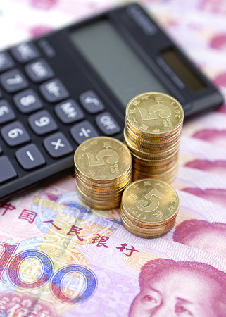 calculator chinese: Chinese banknotes, coins and calculator