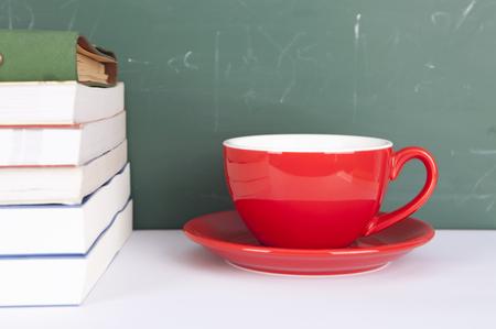 Eine Tasse Kaffee und ein Haufen Bücher