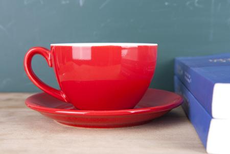 Eine Tasse Kaffee und Bücher
