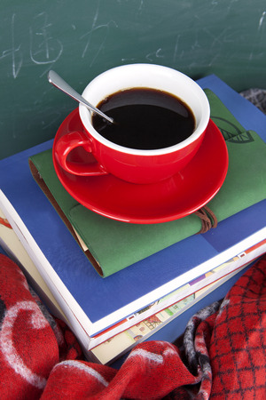 Eine Tasse Kaffee auf den Büchern