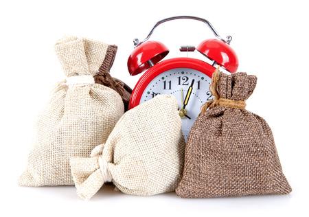 目覚まし時計と白い背景に3つの袋の背景