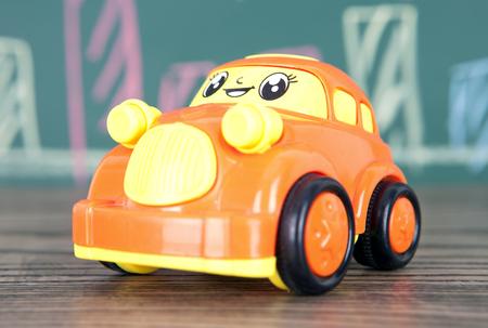Speelgoedauto op houten vloer
