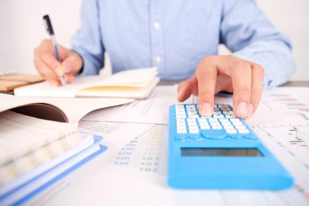 電卓を使用した金融投資コンセプト 写真素材