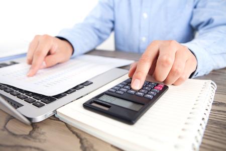 Buchhalter mit einem Taschenrechner close up view Standard-Bild - 91005110
