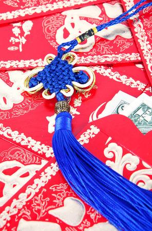 赤い封筒に中国の結び目