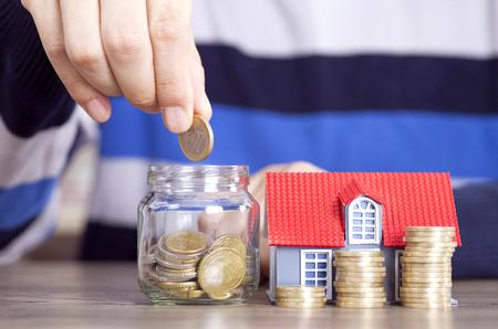 집을 살 돈을 저축하십시오. 스톡 콘텐츠