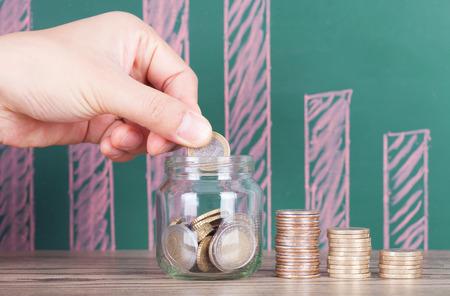동전과 유리 항아리