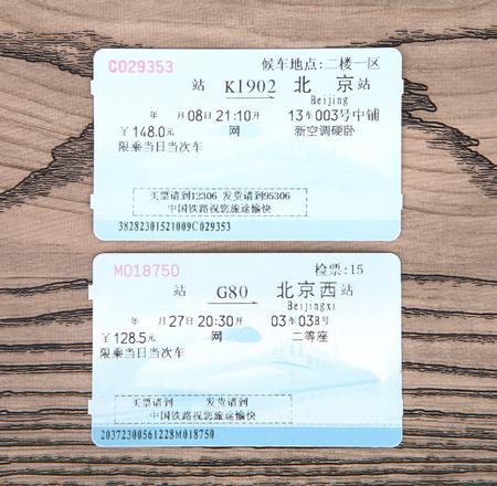 billets de train sur fond de bois
