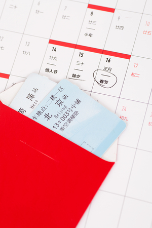 Un biglietto del treno primaverile in una borsa rossa Archivio Fotografico - 93912604