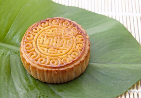 Moon cake on green leaf, refreshments of mid autumn festival 版權商用圖片