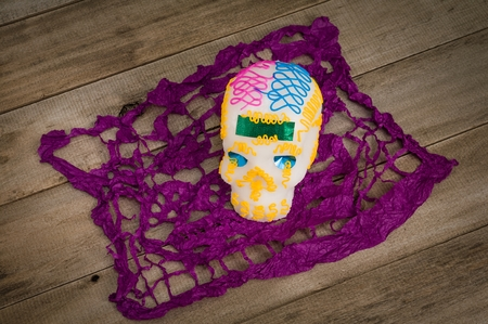 典型的なメキシコの手作りお菓子のメーカー製糖の頭蓋骨