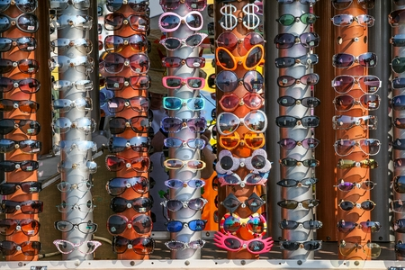 EXHIBIDOR: Display with a variety of lenses for vacationers. Foto de archivo