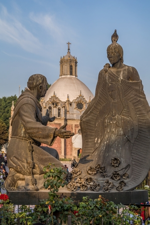 VILLA OF GUADALUPE, MEXICO CITY, DECEMBER 02, 2017. Sculpture of Juan Diego and Fray Juan de Zumarraga in the gardens of the Villa of Guadalupe. At the background we can see the Pocito Church. Redactioneel